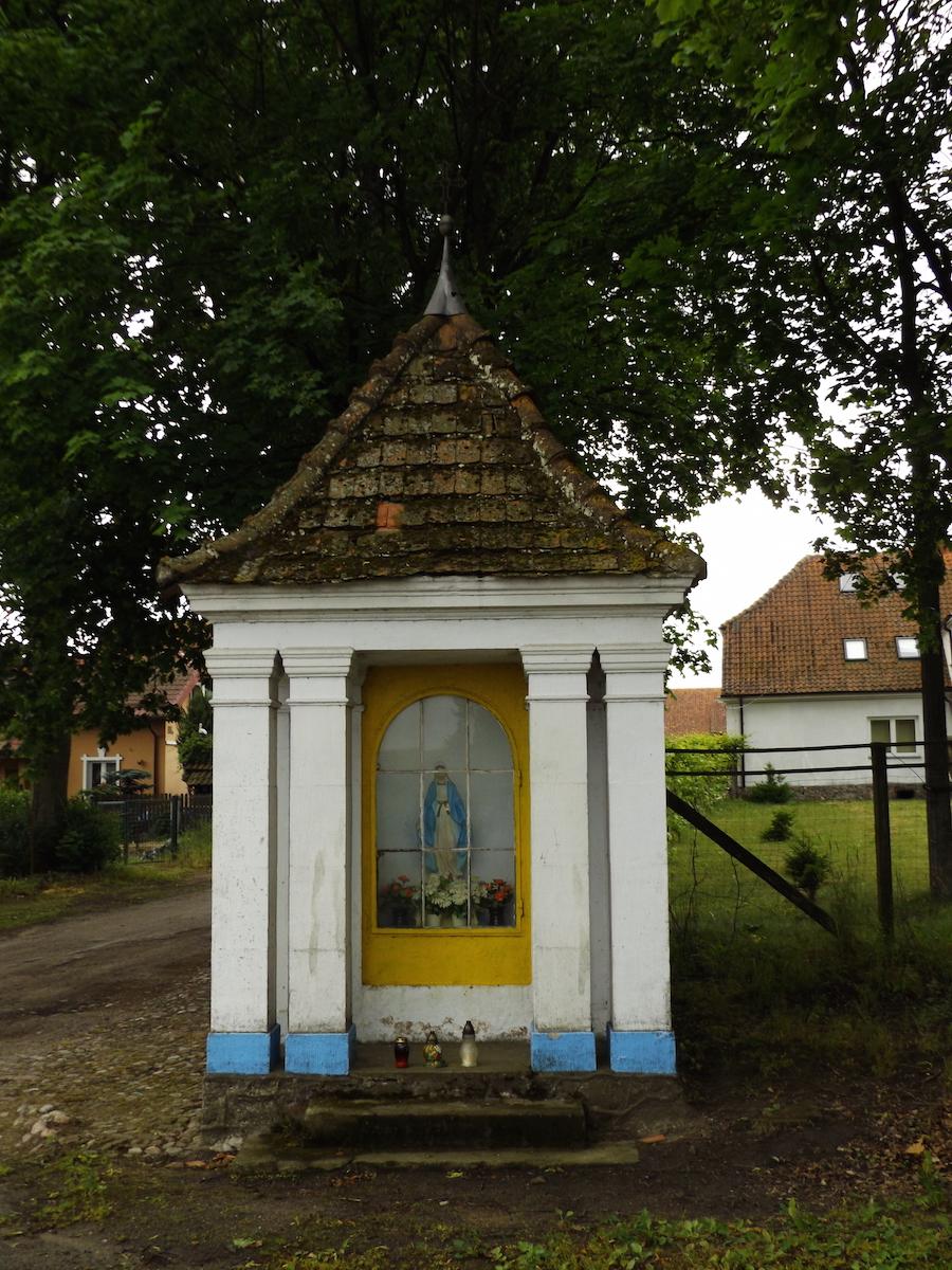 Kaplica we wsi Unieszewo, wjazd od wsi Sząbruk