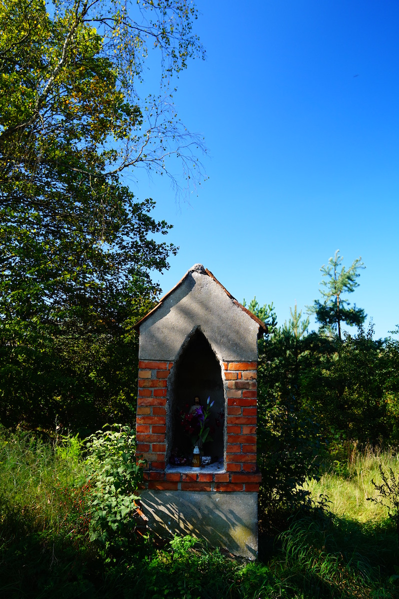 Kapliczka, wieś Kierz, pow. lidzbarski. Wyjazd w kierunku wsi Suryty