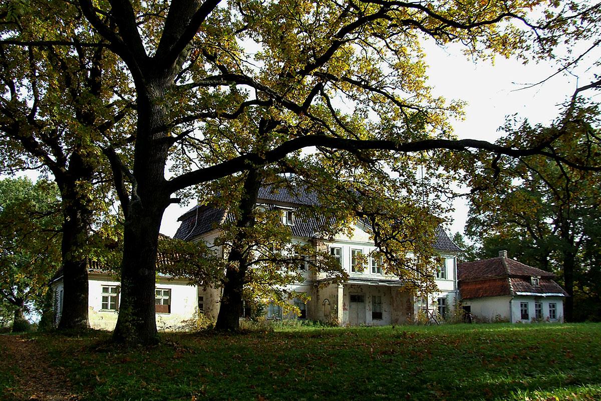 Pałac w Bęsi od strony ogrodu