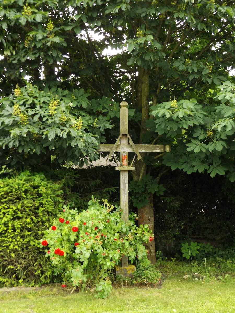 Przydrożny krzyż we wsi Unieszewo przy wyjeździe w kierunku wsi Stawiguda