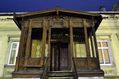 Dobre Miasto, ul. Łużycka drewniany, zdobiony ganek w zabytkowej kamienicy