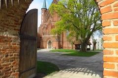 Frombork, widok na katedrę przez Bramę Zachodnią, kier. wsch.
