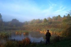 Jesienny pejzaż z wędkarzem