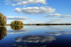 Jezioro Dadaj, widok na wyspę Dadaj z pomostu ośrodka wypoczynkowego