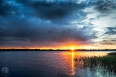 Jezioro Wulpińskie z pomostu łączącego wyspy w Majdach