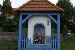 Kapliczka koło kościoła we wsi Brąswałd