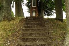 Kapliczka koło kościoła we wsi Sząbruk