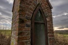 Kapliczka przy polnej drodze do Nowych Włók