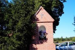 Kapliczka we wsi Rogóż, pow. lidzbarski, centrum wsi, vis a vis kościoła
