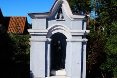 Kapliczka we wsi Rogóż, pow. lidzbarski, wyjazd w kierunku Lidzbarka Warm.