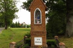 Kapliczka we wsi Sząbruk przy drodze do wsi Gietrzwałd