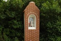 Kapliczka we wsi Sząbruk, wjazd od wsi Tomaszkowo