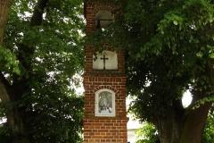Kapliczka we wsi Unieszewo, naprzeciwko siedziby Poczty