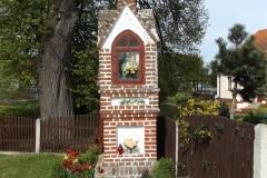Kapliczka z małą dzwonnicą we wsi Marcinkowo