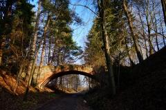 Okolice wsi Sarnowo. Wiadukt kolejowy nad zlikwidowaną trasą kolejową Lidzbark Warmiński - Czerwonka