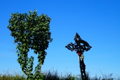Przydrożny krzyż. Wieś Modliny