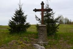 Przydrożny krzyż, wieś Mingajny, kierunek zachodni