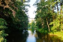 Rzeka Łyna, wypływa z Lidzbarka Warmińskiego w kierunku północnym. W tle most na nieczynnym torowisku na trasie Lidzbark Warm. - Czerwonka