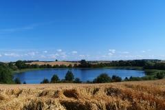 Wieś Wójtówko. Widok na Jezioro Wójtówko z DW593